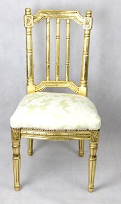 Złote stylizowane krzesło